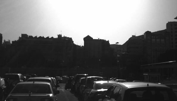 fotografia en blanco y negro de un atasco soleado