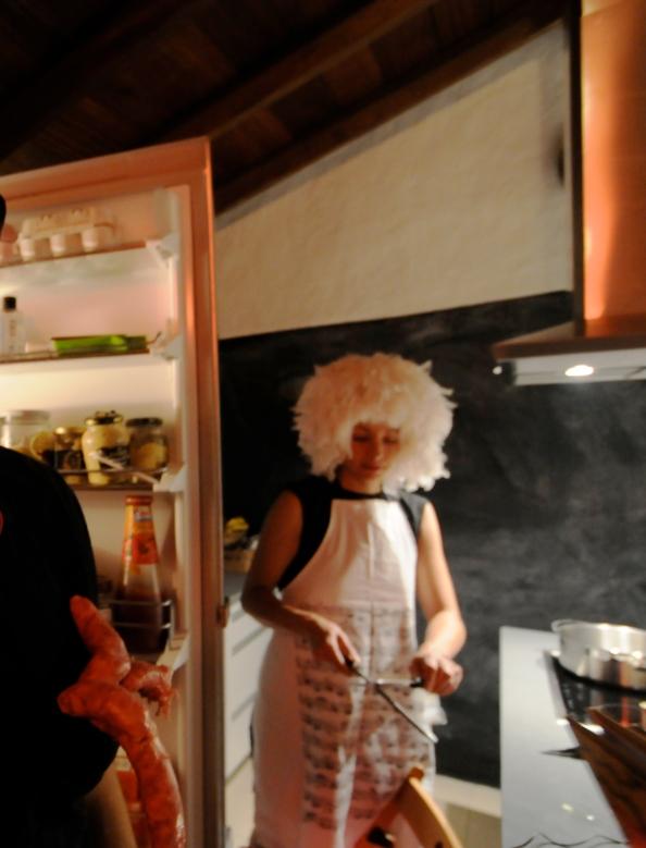 Composición fotográfica de Fernando Toledo una chica con peluca afilando un cuchillo, una nevera abierta...