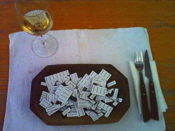 Fotografia de una mesa puesta con un plato lleno de palabras